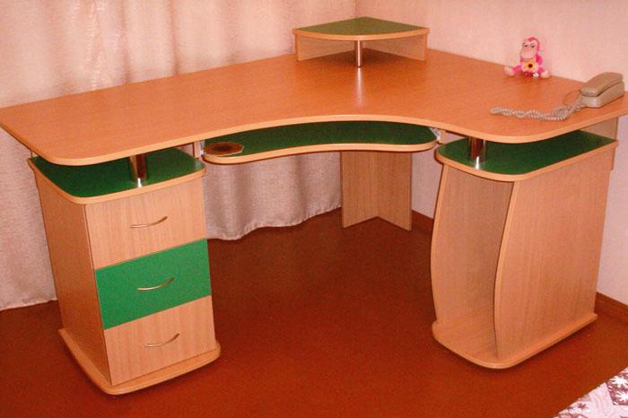 Компьютерный рабочий стол, который позволит разместить монит.